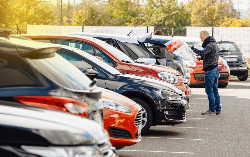 Det är populärt att köpa begagnade bilar